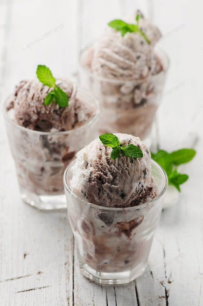 Ice-cream with mint and chocolate