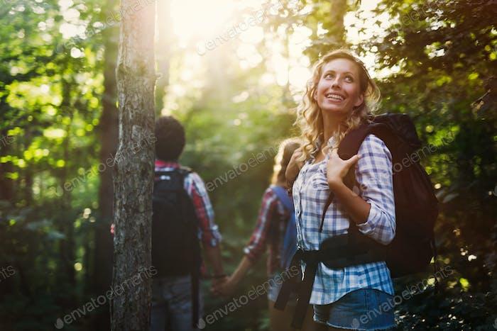 Gruppe von Rucksackwanderern für Waldtrekking