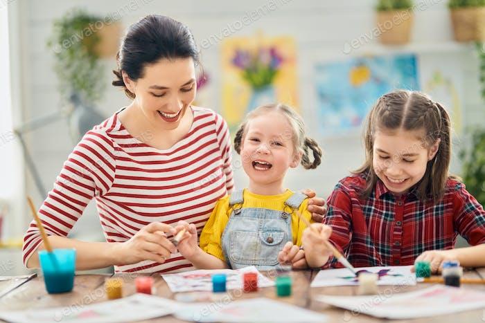 Glückliche Familienmalerei zusammen.