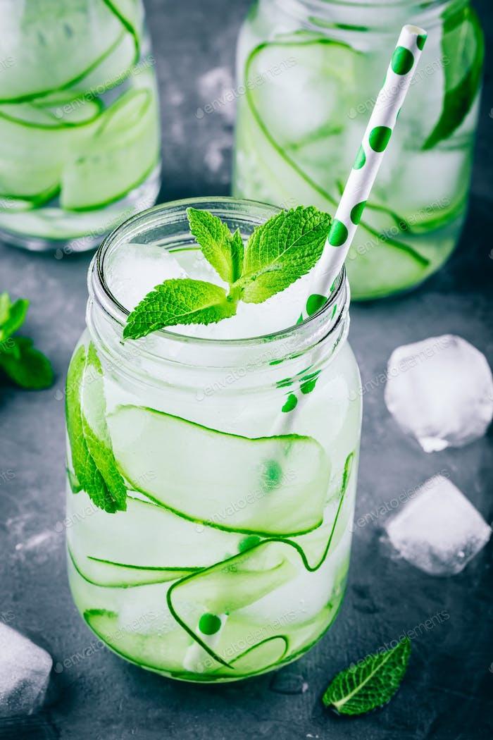 Eiskalte und erfrischende Detox Wasser Gurke und Minze