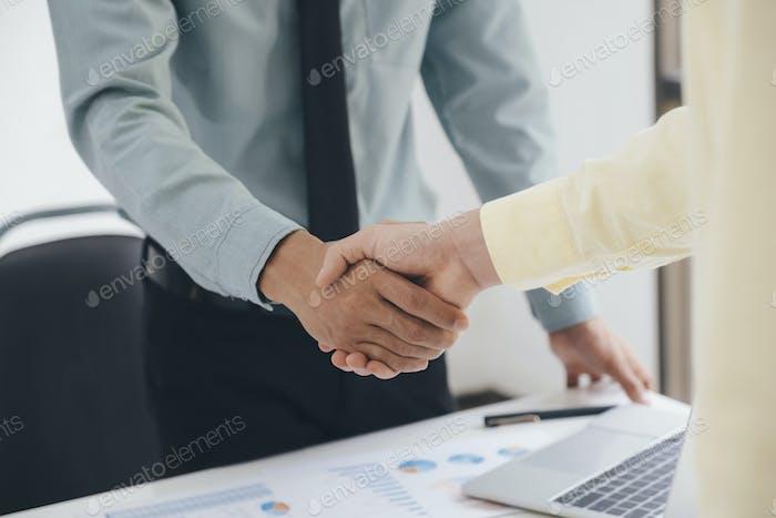 Empresarios apretón de manos después de un buen trato.