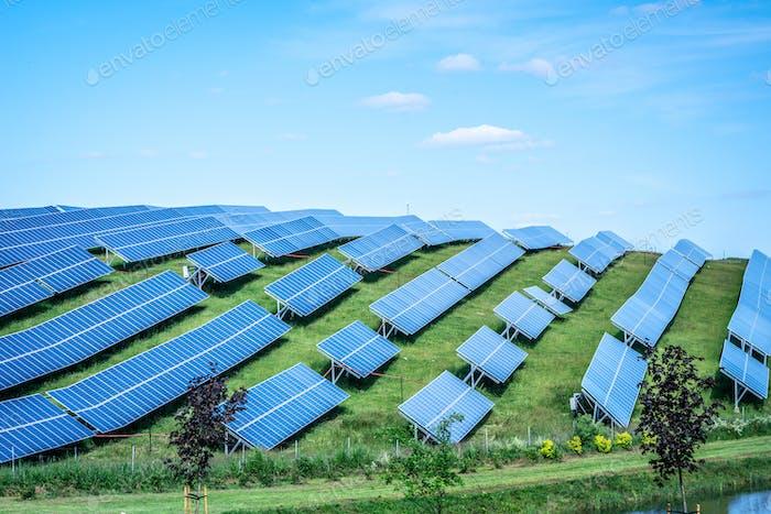 Sonnenkollektoren gegen blauen Sonnenhimmel erzeugen grüne, umweltfreundliche Energie aus der Sonne.  Blau