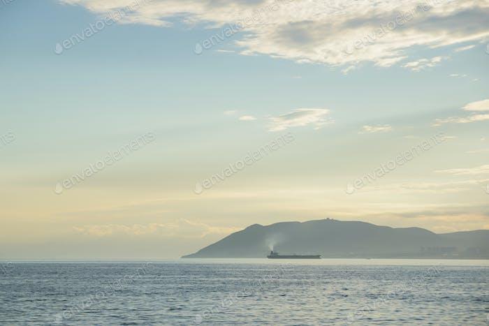 Tanker bei Sonnenuntergang Meereslandschaft in Noworossijsk Stadt