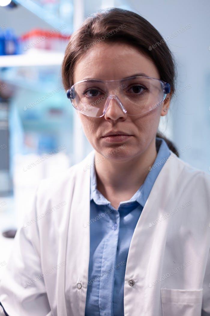Forscherin im Wissenschaftslabor