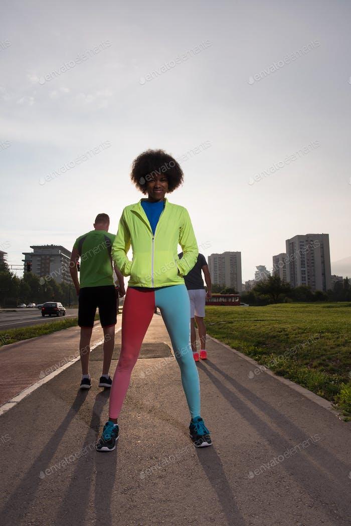 Porträt von sportlich junge afrikanische Frau läuft im freien