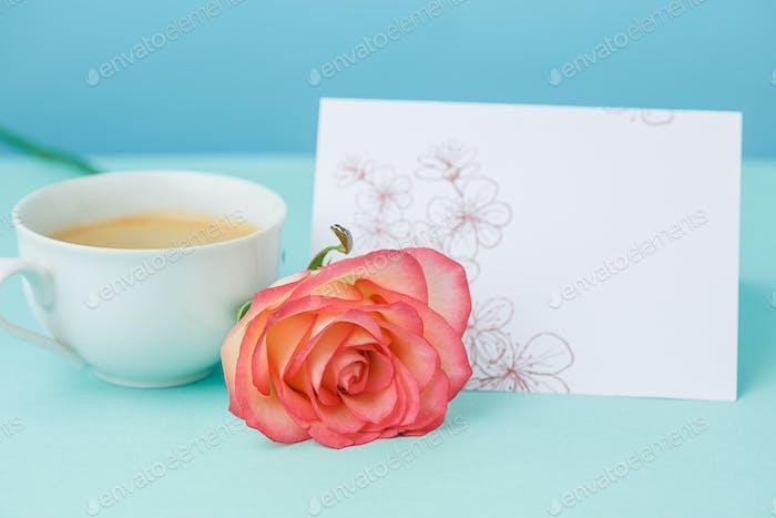 Liebe Hintergrund mit rosa Rosen, Blumen, Geschenk auf dem Tisch