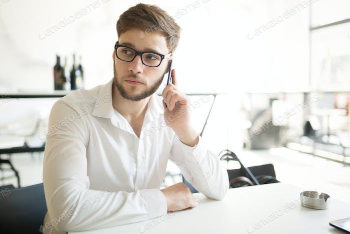 Hombre de negocios serio en pausa para el café
