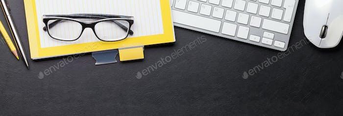 Schreibtisch mit Computer und Zubehör