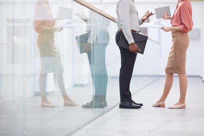 Unerkennbarer afroamerikanischer Geschäftsmann im Gespräch mit Frau