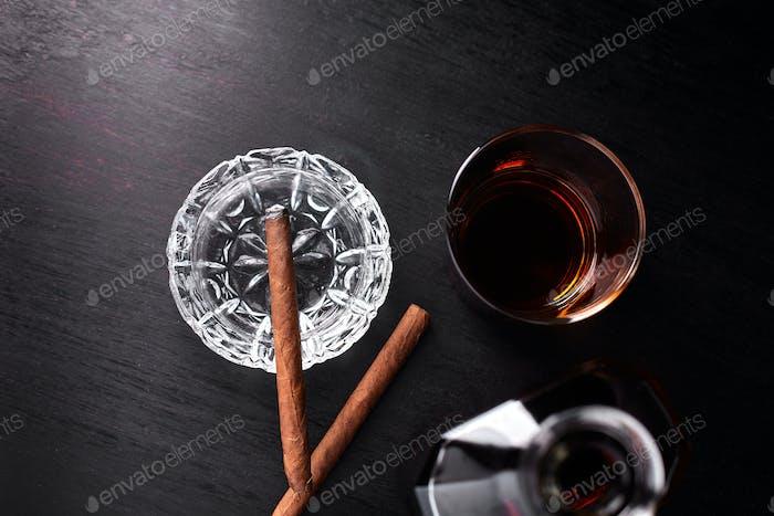 Glas Whisky mit rauchenden Zigarren. Whisky, Tabak