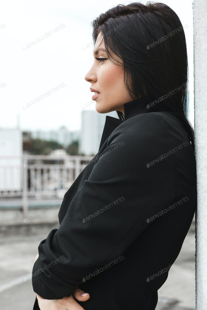 Кавказская женщина гуляет по улице города