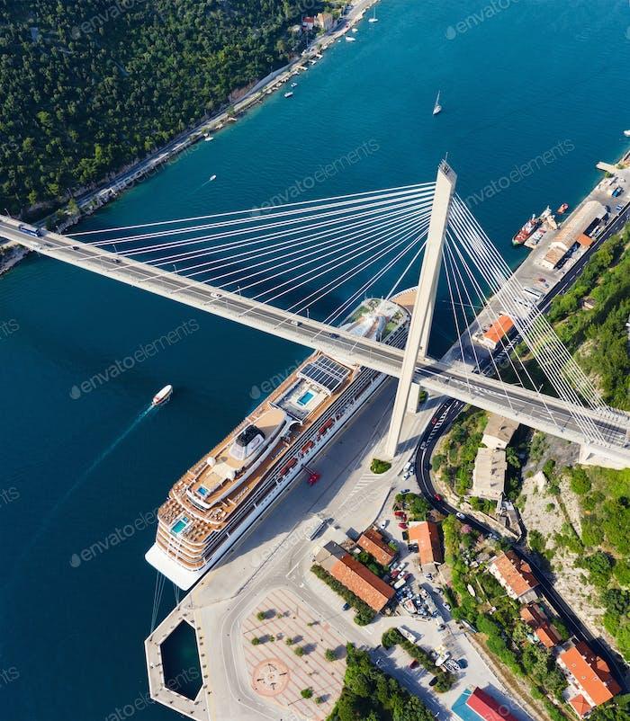 Cruise liner and bridge