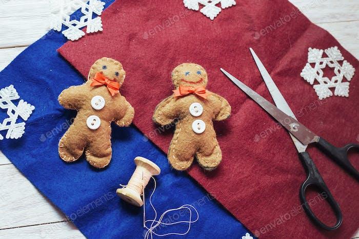 Weihnachtsspielzeug auf einem Holztisch