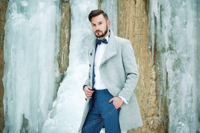 Vertical al aire libre de Hombre guapo en abrigo gris