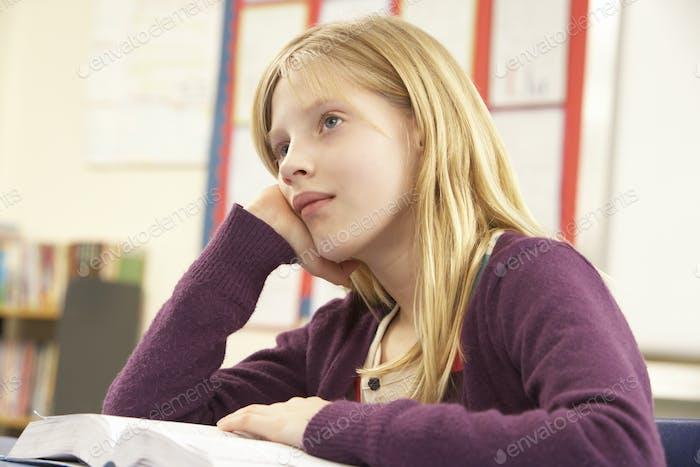Schulmädchen Studieren In Klassenzimmer