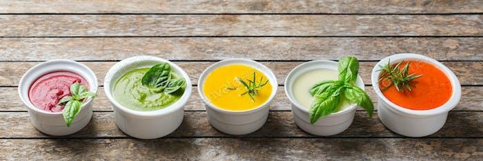 Набор сезонных осенних кремовых супов на столе