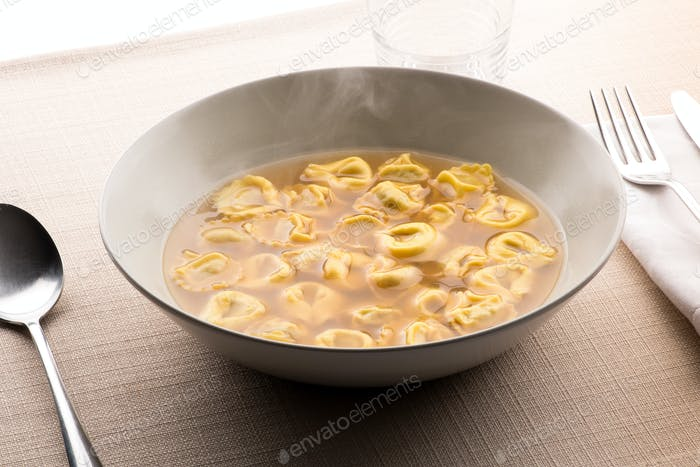 Tortellini al brodo aus der Emilia Romagna