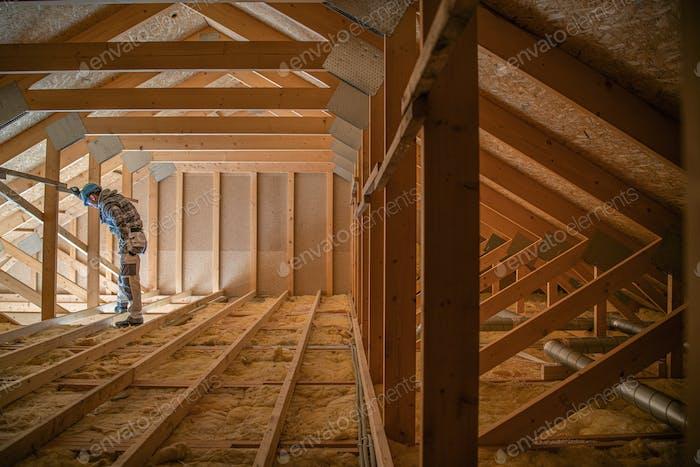 Construcción del techo de madera del ático que cubre la casa