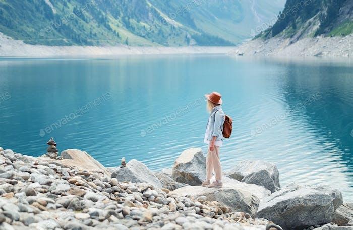 Viajero mira el lago en Austria. Viajes y turismo