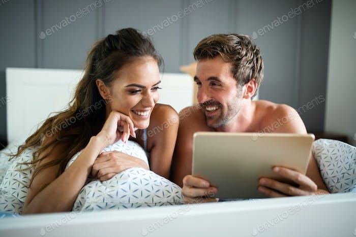 Pareja en el amor navegando por la red en la mañana