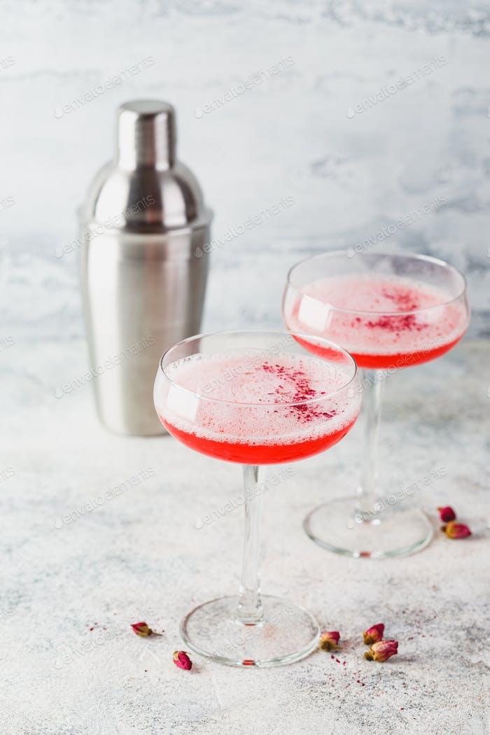 Rosa Himbeer-Cocktail im Getränkeglas