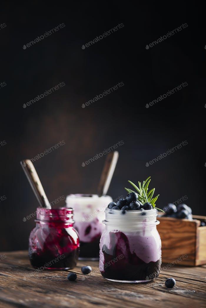 Süßer gesunder Joghurt mit Heidelbeere