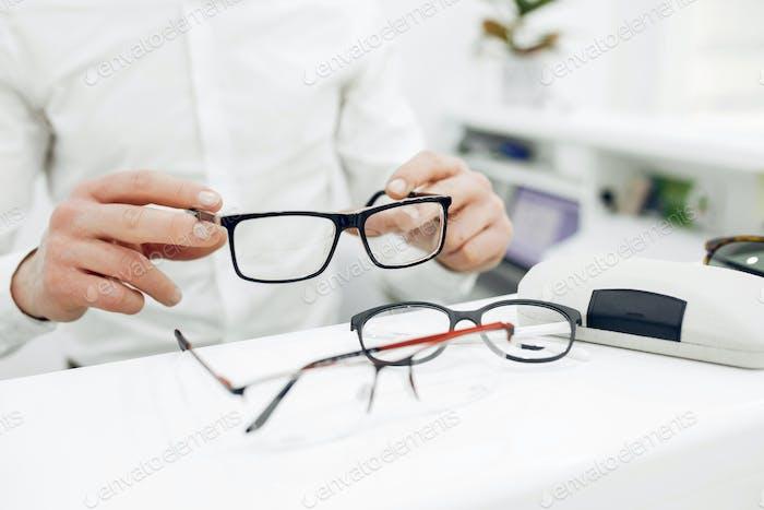 Schöner Mann in einem Optikgeschäft