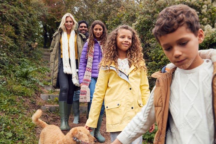 Multi-Kulturelle Familie Wandern Treppen Auf dem Land Mit Hund Auf Winter Strand Urlaub