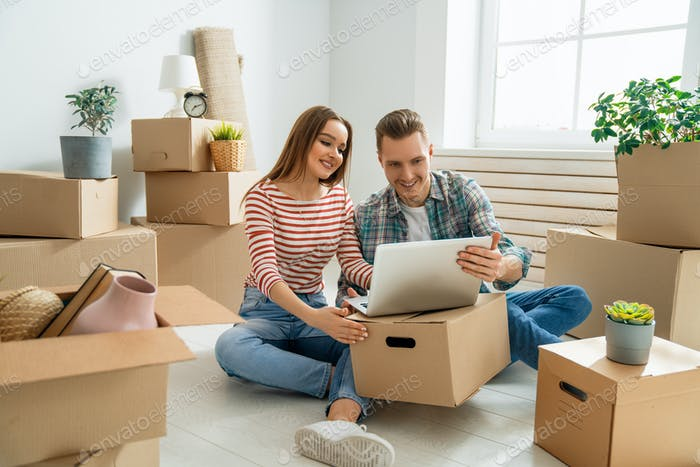 couple are moving to new apartment.