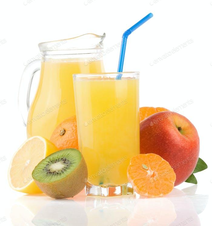 frischen Fruchtsaft in Glas und Scheiben auf weiß