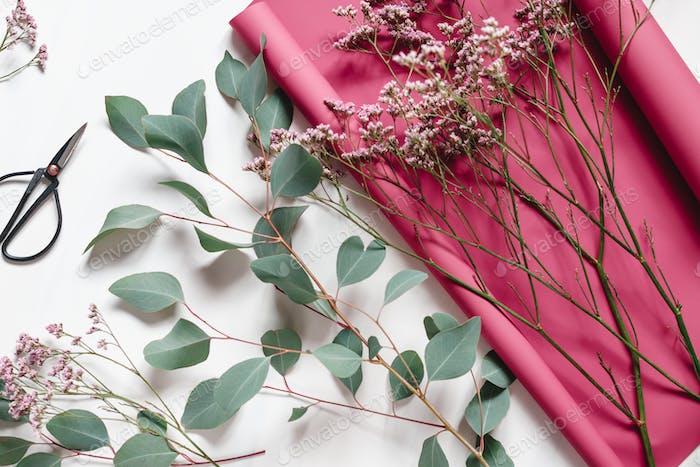 Flache Lay abstrakte Zusammensetzung von Frühlingsblumen
