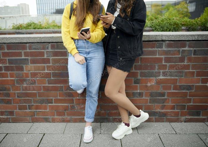 Moderne junge Mädchen mit Handy