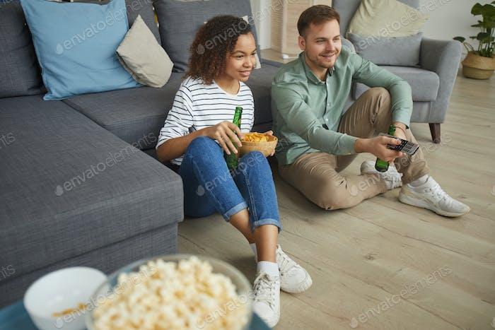 Junges Paar Fernsehen zu Hause