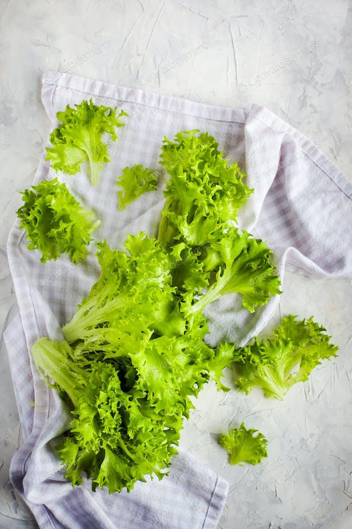 Frischer roher grüner Frillice Eisbergsalat Salat auf Tisch, top vie