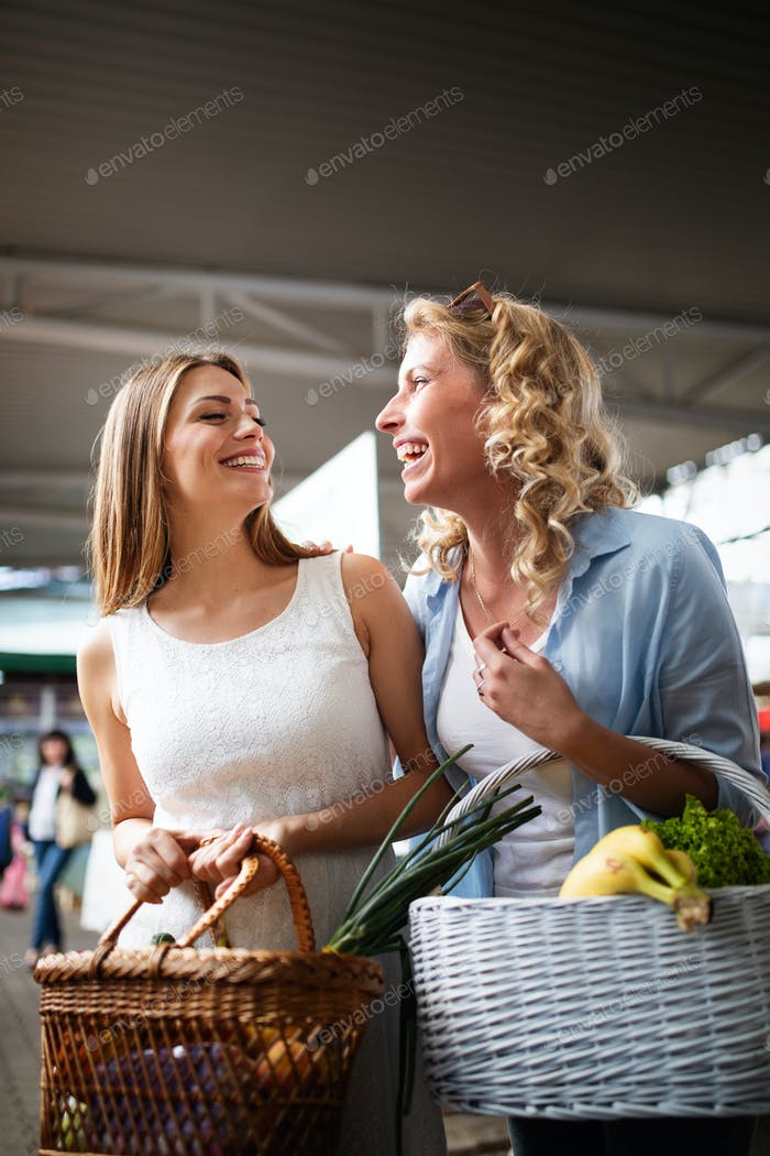 Junge Frauen Freunde Anreihung Gemüse und Obst auf dem Markt