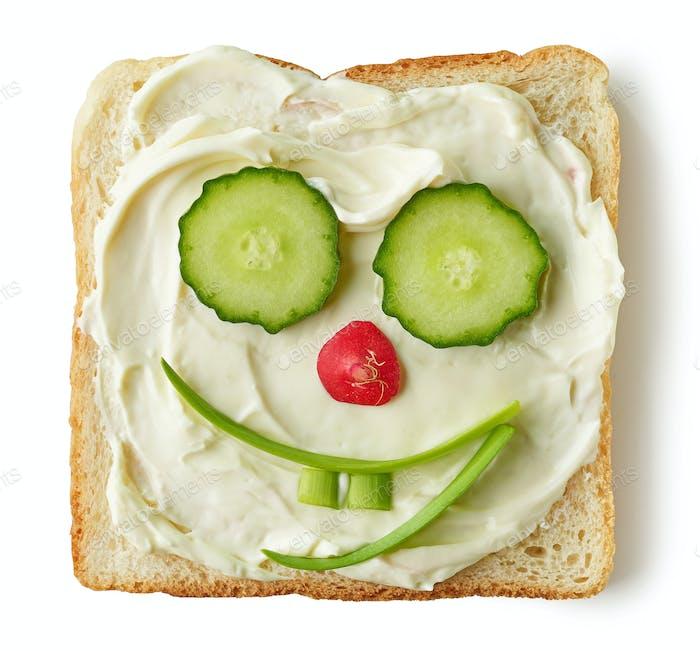 lustiges geröstetes Brot mit Frischkäse und Gemüse