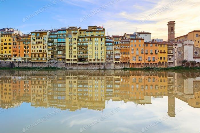 Arno Fluss und Gebäude Architektur Wahrzeichen auf Sonnenuntergang. Floren