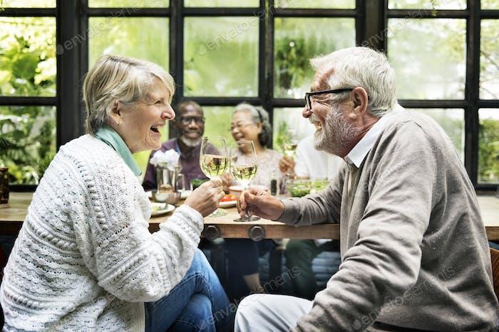 Gruppe von Senior Pensionierung Treffen Sie Glück Konzept