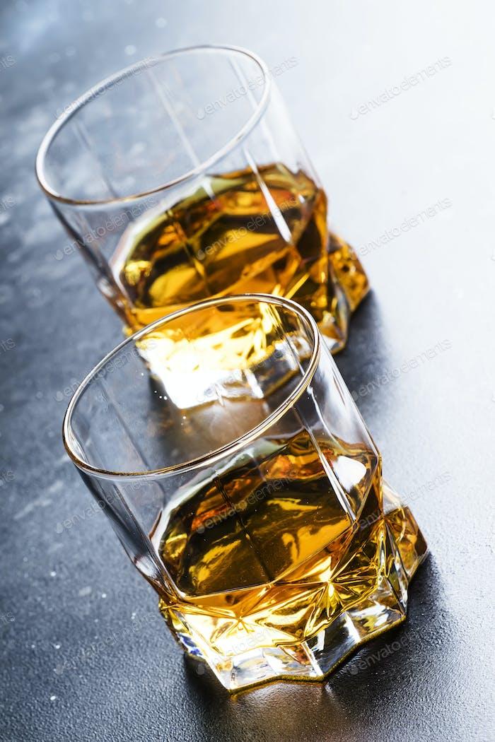 Bourbon im Glas, amerikanischer Maiswhiskey, dunkle Bartheke