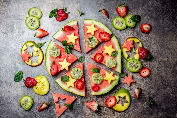 Obst Pizza. Wassermelone Mango, Thunfisch und Beeren Pizza. Draufsicht