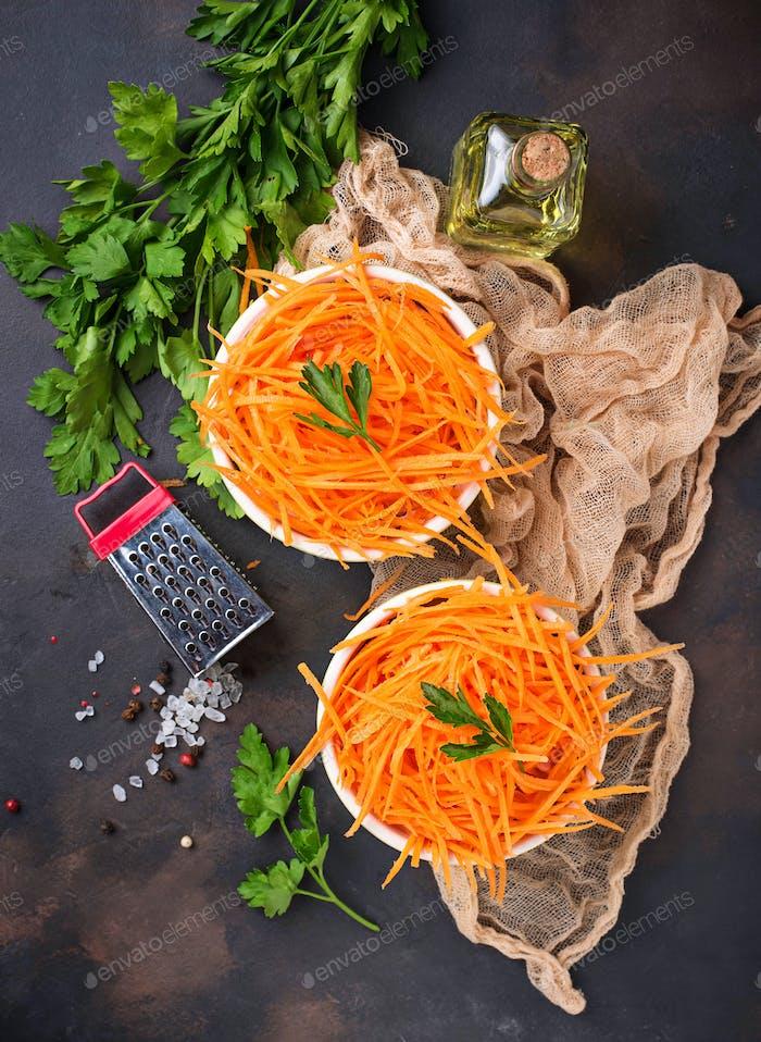 Frischer Karottensalat auf Schüsseln