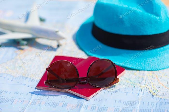 Nahaufnahme von Pässen, Spielzeugflugzeug, Sonnenbrille auf der Karte