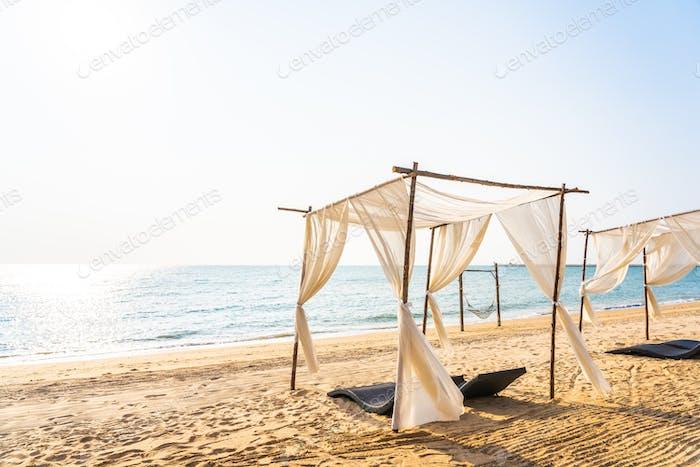 Stuhl Sonnenschirm und Lounge am schönen Strand Meer Meer auf sk
