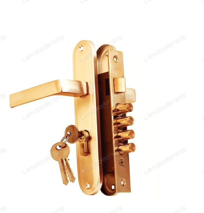 Schlüssel im Türschloss isoliert auf weiß