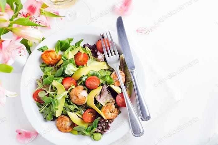 Frischer Salatplatte mit Garnelen, Avocado, Tomaten und gemischten Grüns