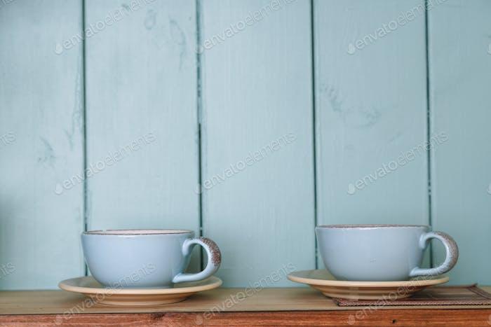 Küchenregal mit Tassen Rustikaler Hintergrund