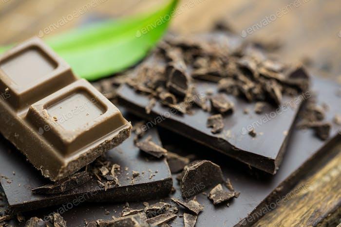 Nahaufnahme Blick auf Schokolade mit Minze auf einem Holztisch