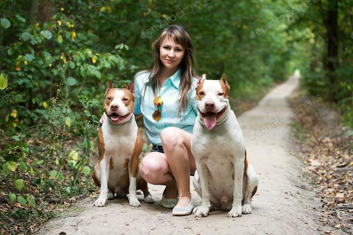 Очаровательная леди позирует с собаки на открытом воздухе