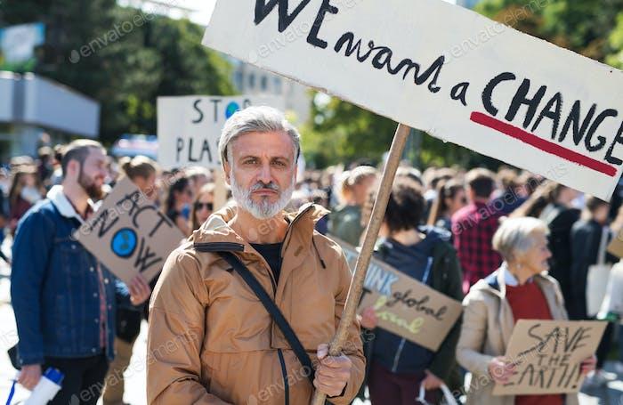 Menschen mit Plakaten und Plakaten auf globalem Streik für den Klimawandel.