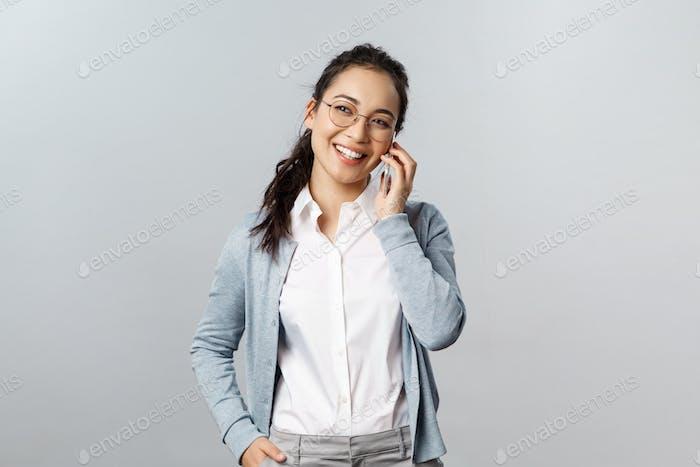 Concepto de estilo de vida de oficina, negocios y personas. Amistoso asiático femenino en gafas, camisa de cuello blanco